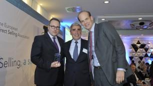 De gauche à droite : Thomas Stoffmehl, PDG de LR Health & Beauty, Jacques Cosnefroy, président de la Fédération de la Vente Directe et Patrick Sostmann, directeur général responsable des ventes pour LR Health & Beauty.